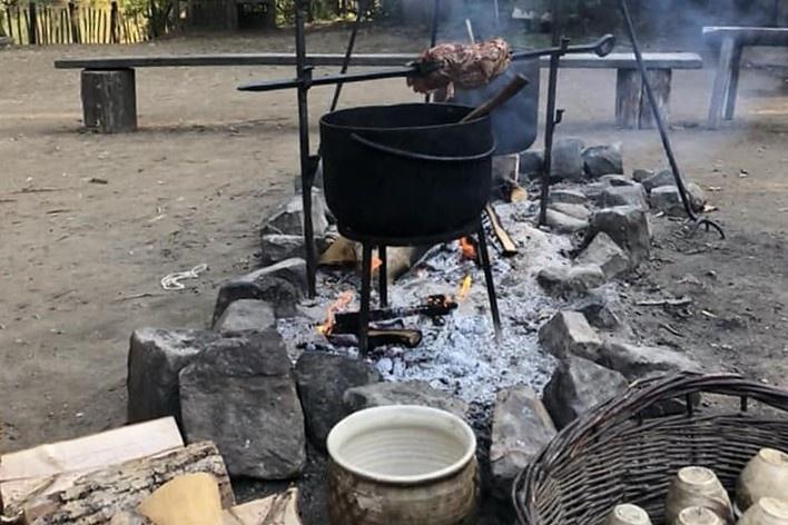 No horário das refeições, o mesmo fogo assa a carne<br />Foto Ana Carolina Brugnera / Lucas Bernalli Fernandes Rocha