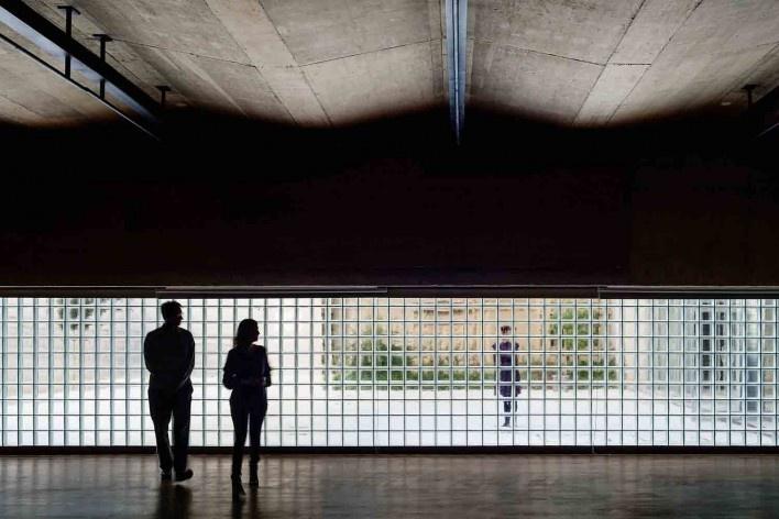 Centro Universitário Maria Antônia, área expositiva abaixo do espaço público superior, São Paulo SP. Arquitetos Cristiane Muniz, Fábio Valentim, Fernanda Barbara e Fernando Viégas / Una Arquitetos<br />Foto Nelson Kon