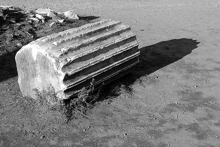 Esse pedaço de coluna em mármore já deve estar por aí há algum tempo, no dito Foro Romano. Provavelmente derrubada a coluna pelos godos, ao avançarem sobre a capital do império, com ódio terrível por 400 anos de ocupação romana em suas plagas nórdicas<br />Foto Thomas Bussius