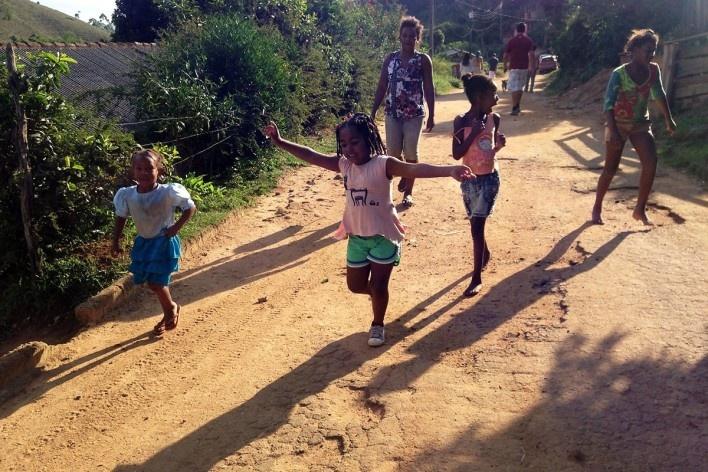 Children on the main thoroughfare of the community<br />Foto Fabio Lima