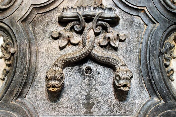 Serpentes entrelaçadas esculpidas em pedra sabão, detalhe de lavabo de sacristia, propriedade da Arquidiocese de Mariana MG, 2014<br />Foto Elio Moroni Filho