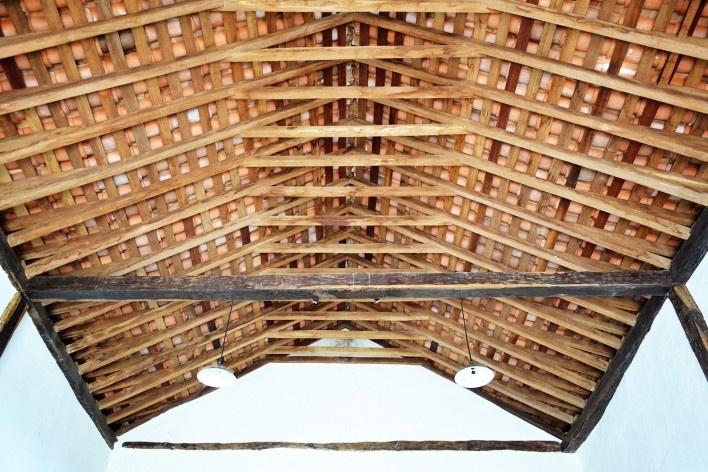 Capela de São João Batista, estrutura de telhado em caibro armado, extinto Arraial do Ferreiro, Goiás Velho GO, 2014<br />Foto Elio Moroni Filho