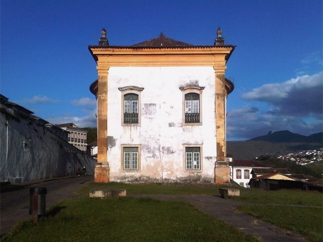 Muro de arrimo e vista posterior da Igreja Nossa Senhora do Rosário<br />Foto Abilio Guerra