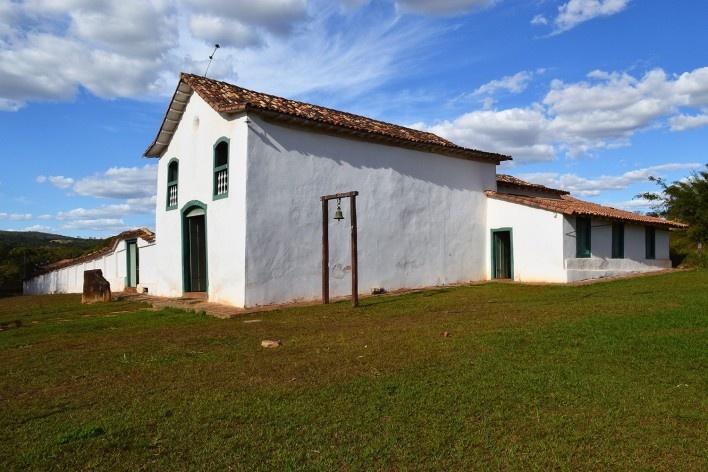 Capela de São João Batista, sineira em estrutura autônoma de madeira, extinto Arraial do Ferreiro, Goiás Velho GO, 2014<br />Foto Elio Moroni Filho