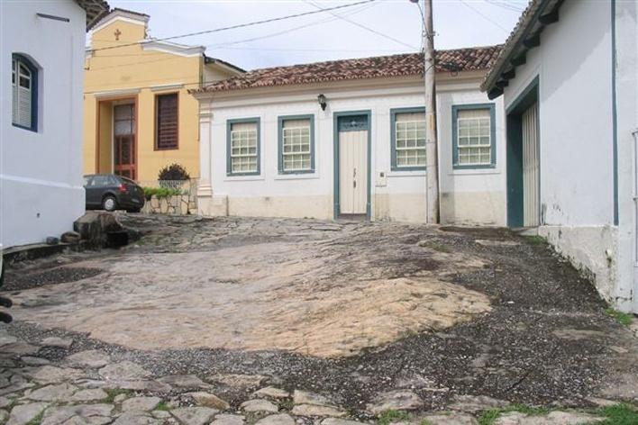 Rua de Goiás com bloco de pedra aflorante<br />Foto Luís Magnani