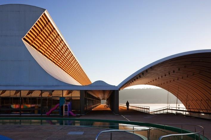 """Sarah Brasília Lago Norte, galpão para esportes náuticos, Brasília DF<br />Foto Nelson Kon  [LIMA, João Filgueiras (Lelé). """"Arquitetura - uma experiência na área da saúde""""]"""