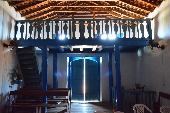 Capela de Nossa Senhora do Rosário, coro com balaústres planos lateralmente simétricos de inspiração renascentista, Arraial da Barra, Goiás Velho GO, 2014<br />Foto Elio Moroni Filho