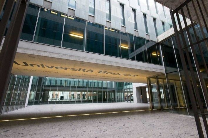 A nova Bocconi, Milão, Grafton Architects, projeto de 1999-2000, inauguração em 2008. O sistema de pátios internos que atravessa o novo edifício, ligando-o àquele projetado por Ignazio e Jacopo Gardella<br />Foto Lucas Corato
