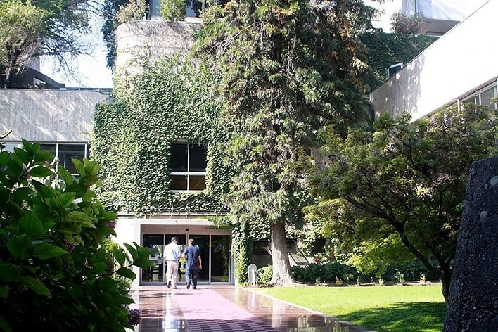 Acesso ao núcleo. Edifício Cepal, Santiago do Chile. Arquiteto Emilio Duhart.<br />foto Paulo Bruna