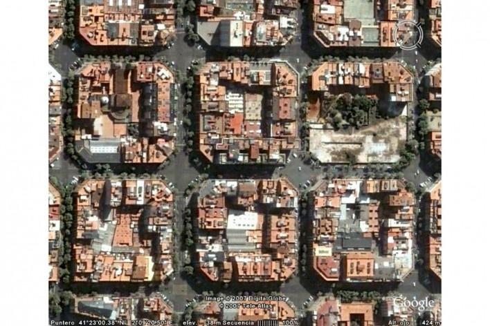 Foto aérea mostrando la manzana del Edificio Mediterráneo y su entorno<br />Foto divulgação/ Google Earth