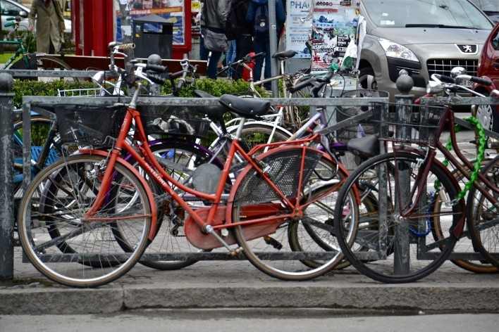 Bologna Centrale, bicicletas emparelhadas em frente a estação ferroviária<br />Foto Fabio Jose Martins de Lima