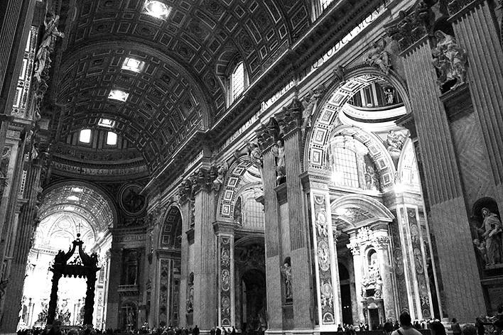 Muitos materiais que compõe a Basílica de São Pedro foram retirados do Coliseu e dos panteões; reesculpidos servem à cristandade<br />Foto Thomas Bussius