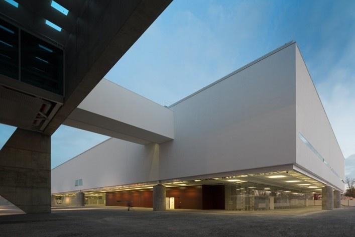 Museu Nacional dos Coches, articulação entre anexo e pavilhão principal, Lisboa. Arquiteto Paulo Mendes da Rocha, MMBB arquitetos e Bak Gordon arquitetos<br />Foto Fernando Guerra  [FG+SG Architectural Photography]