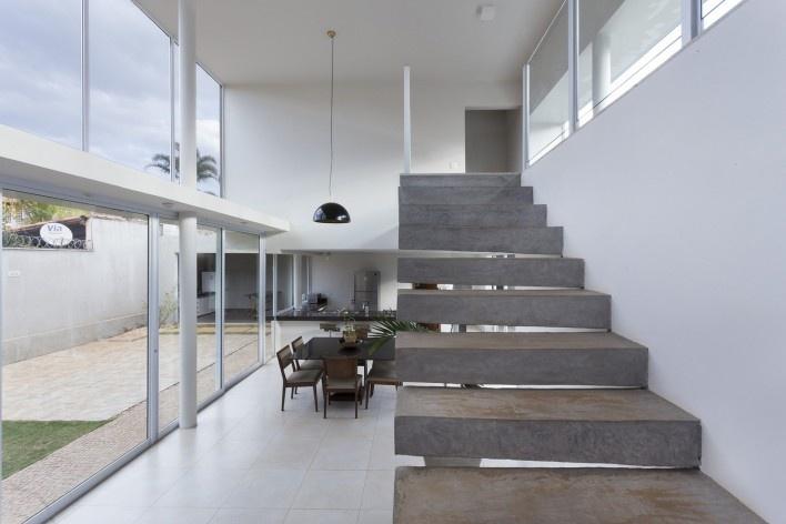Casa vale do sol, escadas, sala e quintal. Marcos Franchini<br />foto Gabriel Castro