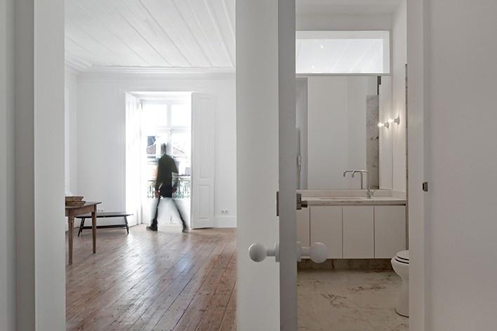 Edifício residencial em Fanqueiros, sala e banheiro do apartamento 3ºB. Arquiteto José Adrião, 2007-2011<br />Foto/photo FG + SG
