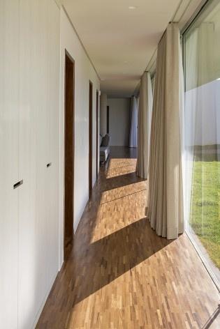 Casa Torreão, corredor dos quartos, Brasília DF, arquitetos Daniel Mangabeira, Henrique Coutinho e Matheus Seco<br />Foto Haruo Mikami
