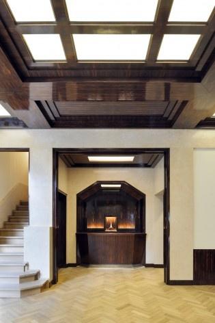 A sala íntima é notável pelo seu teto à caisson plaqué e envernizado (ver nota 8)<br />Foto Georges de Kinder  [Ma² - Metzger and Partners Architecture]
