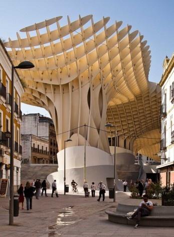 Metropol Parasol, estrutura de madeira visível a partir do arruamento próximo, Sevilha. J. Mayer H. Architects, 2004<br />Foto David Franck