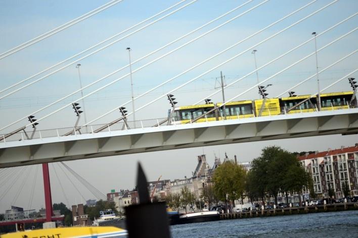 Tram e ciclistas em ponte de acesso à área do festival<br />Foto Fabio Lima