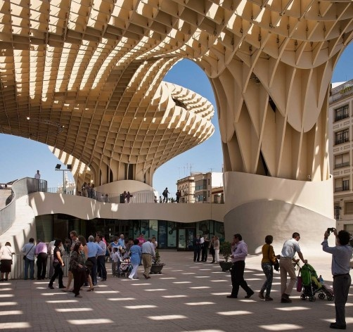 Metropol Parasol, laje suspensa sob a cobertura de madeira, Sevilha. J. Mayer H. Architects, 2004<br />Foto Fernando Alda