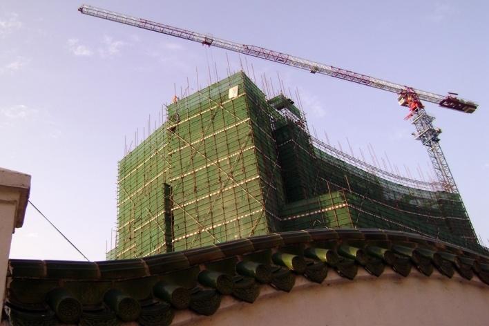 Rapidamente o antigo cede lugar ao novo no centro moderno da cidade<br />Foto Luiz Henrique Proença Soares