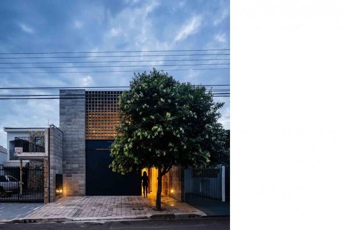Casa-ateliê da Vila Charlote, vista frontal noturna, Presidente Prudente SP, arquiteta Cristiana Pasquini<br />Foto Pedro Kok
