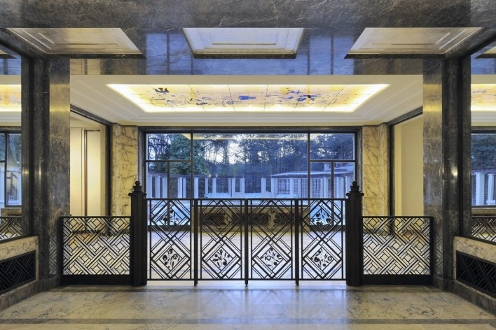 Separating the main floor of the hall of honor, a wrought iron fence inevitably attracts the gaze<br />Foto Georges de Kinder  [Ma² - Metzger and Partners Architecture]