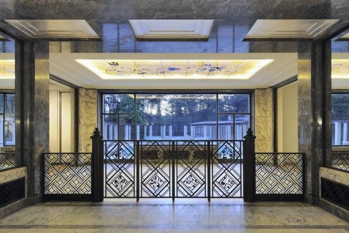 Separando o salão central da sala de honra, uma barreira de ferro forjado atrai inevitavelmente o olhar (ver nota 3)<br />Foto Georges de Kinder  [Ma² - Metzger and Partners Architecture]
