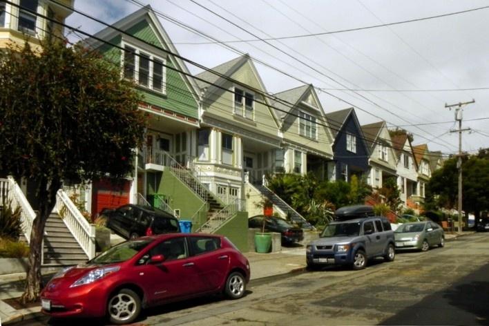Rua residencial, Castro. Nas adjacências da Castro Avenue, o comércio especializado para o público LGBT é substituído pela paisagem urbana comum em outros bairros de San Francisco<br />Foto Maria Carolina Maziviero, 05/04/2014