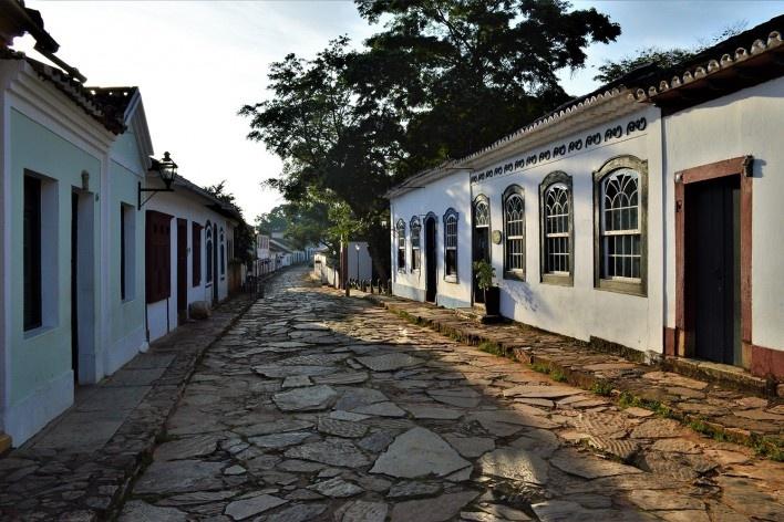 Lajes de pedra (lajeado) assentadas em rua de Tiradentes MG, 2014<br />Foto Elio Moroni Filho