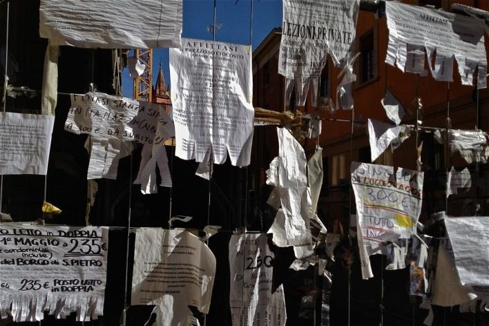 Centro Histórico de Bolonha, varal publicitario<br />Foto Fabio Jose Martins de Lima