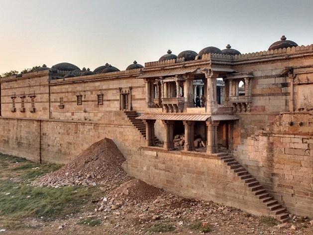 Reservatório da mesquita Sarkej Rosa em Ahmedabad (lago seco, com entulhos)<br />Foto Carlos M Teixeira