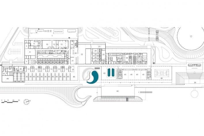 """Sarah Brasília Lago Norte, prédio principal, planta pavimento térreo, Brasília DF. 1. pátio de serviço; 4. bioengenharia; 10. chefia; 13. enfermagem; 22. refeitório; 39. auditório / palco flutuante; 40. quadra; 42. esportes aquáticos; 44. convivência<br />Divulgação  [LIMA, João Filgueiras (Lelé). """"Arquitetura - uma experiência na área da saúde""""]"""