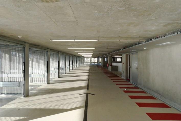 Edifício de Uso Misto, boxes de estacionamento, Grenoble. Arquiteto Hugues Grudzinski / GaP Studio<br />Foto divulgação  [GaP Studio]