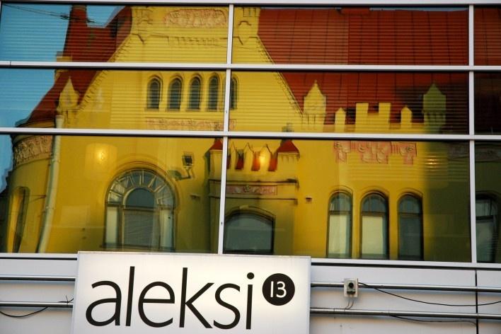 Outra tomada de patrimônio refletido no centro urbano, na Kauppakatu 11 nas proximidades de Keskustori<br />Foto Fabio Lima