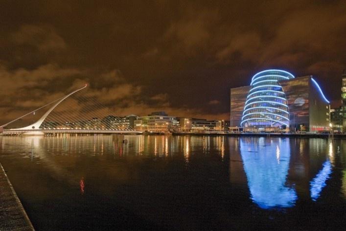 Centro de convenções de Dublin (à direita), arquiteto Kevin Roche<br />Foto divulgação  [webite oficial do Centro de Concenções de Dublin]