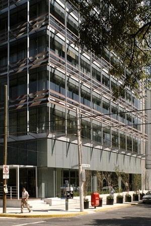 Vista da esquina, área comercial<br />Imagens dos autores do projeto