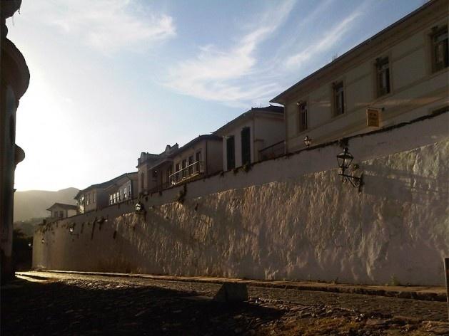 Ao lado da igreja Nossa Senhora do Rosário, muro de arrimo sustentando uma rua mais alta<br />Foto Abilio Guerra