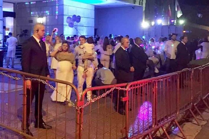Cercadinho para turistas sobre calçada pública na frente de hotel durante passagem de ano, Bela Vista, São Paulo<br />Foto Abilio Guerra
