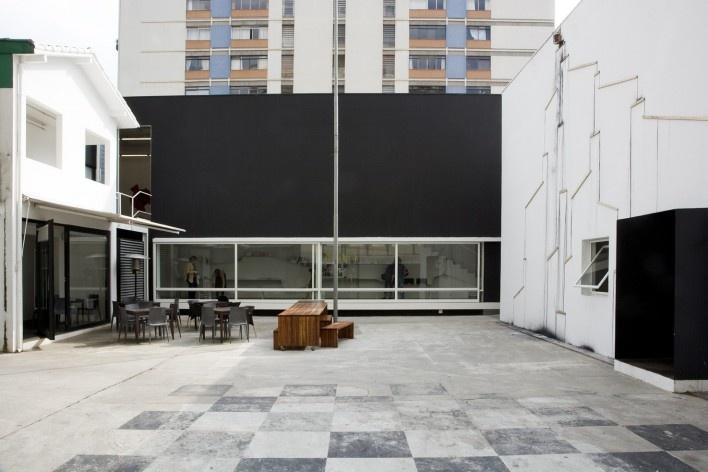 Galeria Vermelho. P.M. da Rocha and Piratininga Arquitetos Associados. São Paulo, 2007<br />Foto Ding Musa
