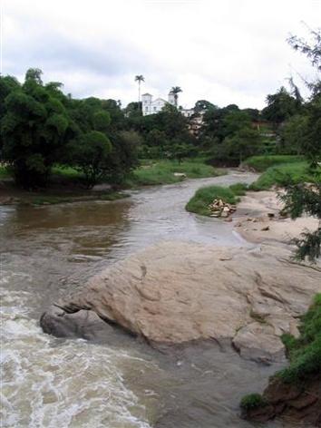 Rio das Almas e a Matriz do Rosário em Pirenópolis<br />Foto Luís Magnani