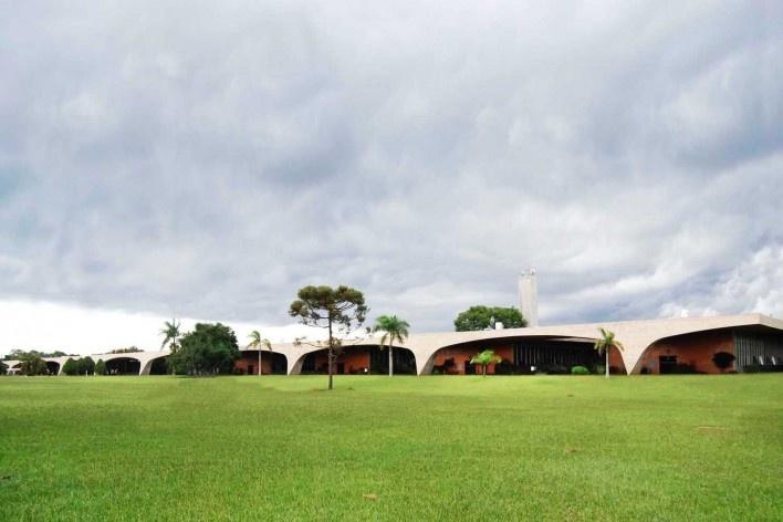 Escola Superior de Administração Fazendária – ESAF, vista fachada de acesso com blocos do setor de alojamentos, Brasília DF<br />Foto Daniel Corsi