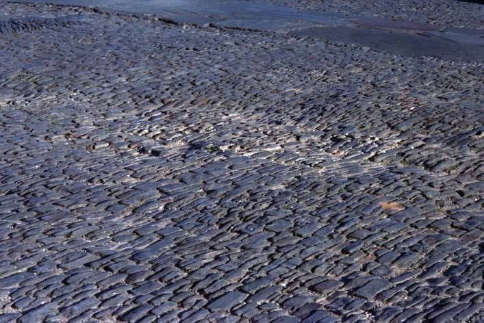 Detalhe da pavimentação em filetados de granito<br />Foto Fabio Lima