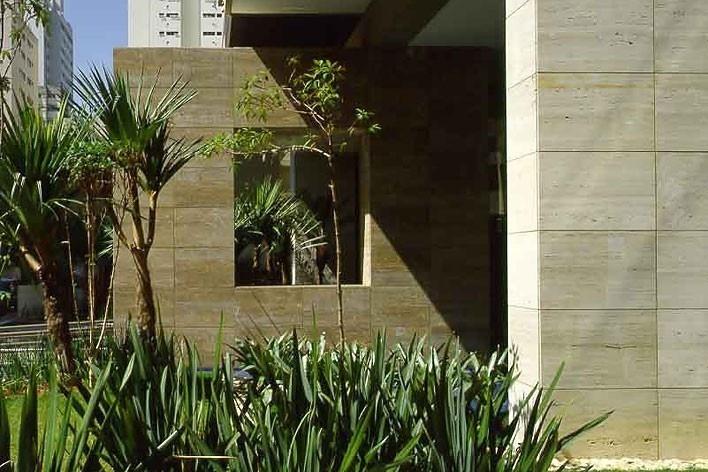Continuidade da praça nos acessos aos edifícios<br />Foto Nelson Kon