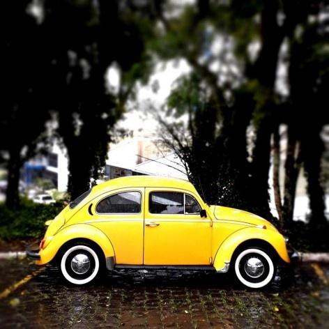 """Fusca amarelo calcinha, série fotográfica """"Os fuscas ofuscam""""<br />Foto Fernando Mascaro"""