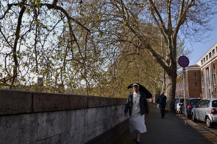 Contrastes, freira e pedestres as margens do rio Tevere<br />Foto Fabio José Martins de Lima
