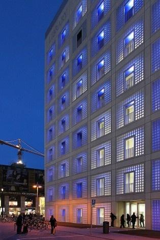 Biblioteca Municipal de Stuttgart, vista noturna. Arquiteto Young Yi<br />Foto Luiz Antonio Lopes de Souza