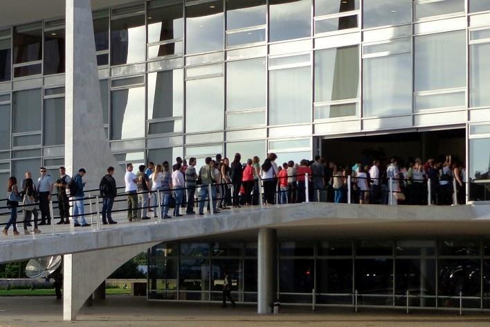 Enterro de Oscar Niemeyer, fila na rampa do Palácio do Planalto para o adeus ao arquiteto<br />Foto Jair Lúcio Prados Ribeiro