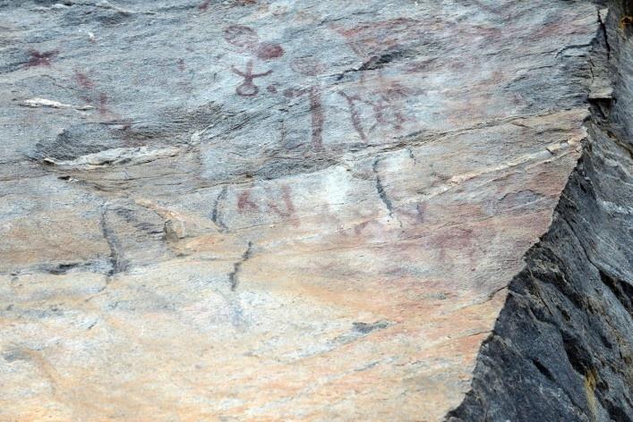 Inscrições rupestres em sítio arqueológico, nas proximidades da Fazenda da Demanda, tendo como guia o Sr. José Adão da Silva<br />Foto/Photo Fabio Lima