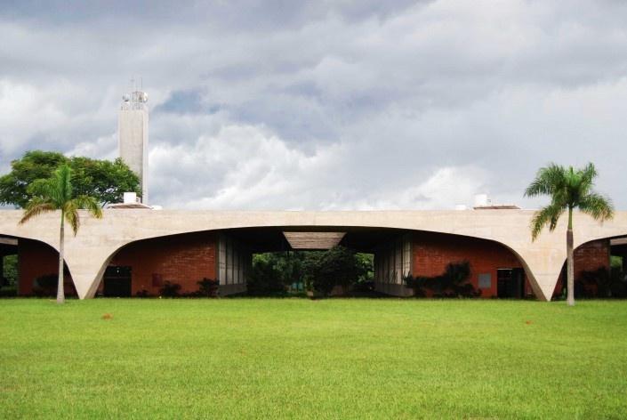 Escola Superior de Administração Fazendária – ESAF, pórtico do setor de alojamentos, Brasília DF<br />Foto Daniel Corsi
